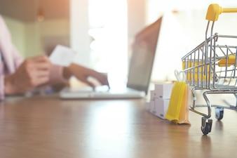 Commerce spingere ecommerce negozio carrello supermercato