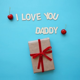 Compleanno del giorno del padre con presente e ciliegie