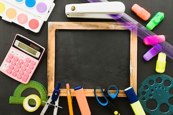 Composizione con materiali scolastici e lavagna