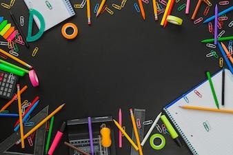 Composizione creativa con forniture scolastiche