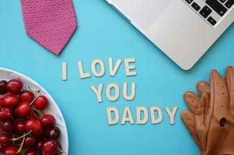 Composizione del giorno del padre con ciliegie e orsacchiotto