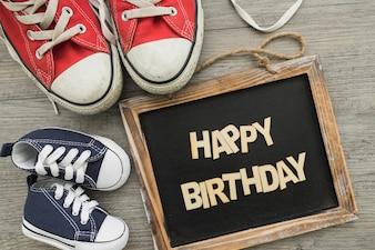 Composizione di compleanno con ardesia e scarpe