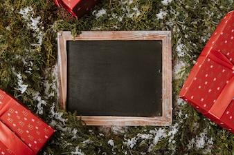 Composizione di Natale con ardesia e regali