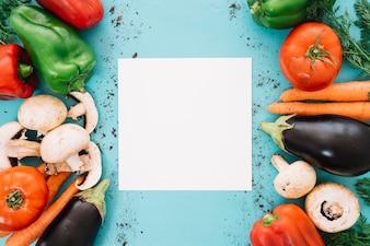 Composizione di verdure con carta in mezzo