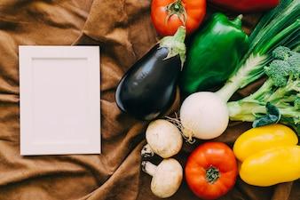 Composizione di verdure con cornice a sinistra