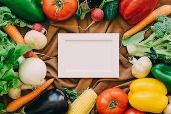 Composizione di verdure con cornice in mezzo
