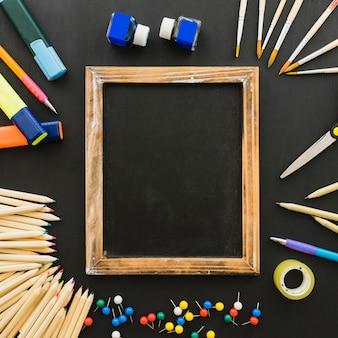 Composizione divertente con materiali scolastici e struttura in legno
