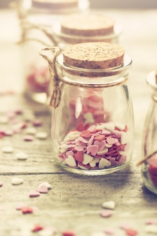 Concetto di amore con vasi su uno sfondo di legno, pastello tonificante.