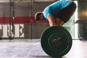 Concetto di bodybuilding vista laterale con uomo in maglietta