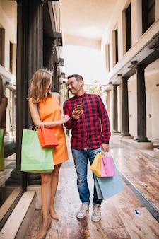 Concetto di shopping con coppia a piedi