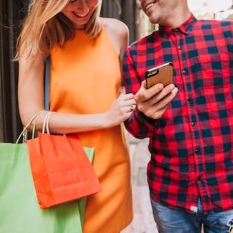 Concetto di shopping con felice coppia