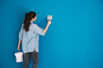 Concetto di vernice con backview della donna