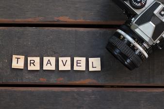 Concetto di viaggio - Fotocamera e alfabeto di viaggio
