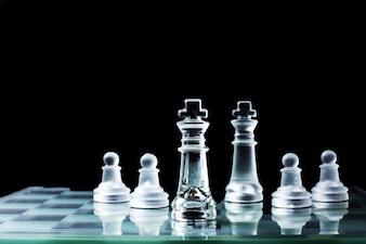 Confrontation - Re di scacchi che si levano in piedi contro uno scacchi.