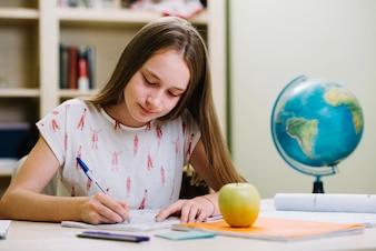 Contenitore studente studia al tavolo