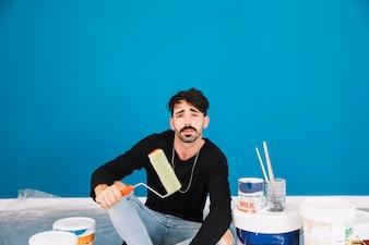 Cool uomo con attrezzature di vernice