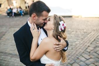 Coppia amorevole baciare sulla strada