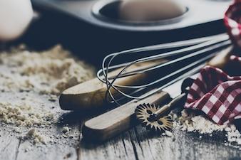 Cottura cucina cucinare cucina posate accessori per la cottura su fondo in legno con farina. Avvicinamento. Processo di cottura.