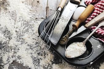 Cottura cucina cucinare cucina posate accessori per la cottura su fondo in legno con farina. Vista dall'alto. Processo di cottura. Nessuno.