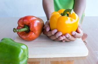 Cottura di peperoni dolci freschi sulla tavola tagliata di legno in tavola di cucina pronta per cuocere