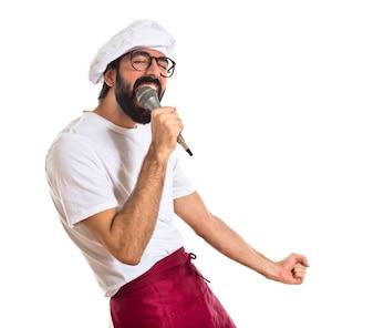 Cuoco che canta su sfondo bianco