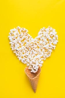 Cuore di popcorn e cono di cialda