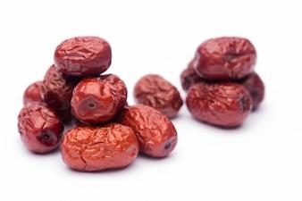 Data rossa secca o giuggiola cinese. La medicina tradizionale a base di erbe si versa sulla stuoia.