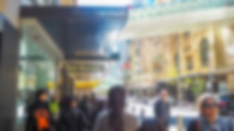 Defocused foto di una strada con la gente