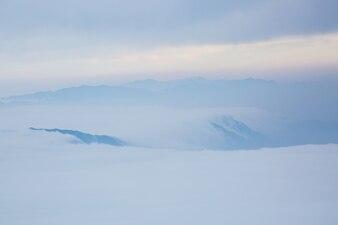 Della neve con le nubi