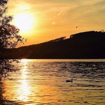 Diga di Brno. Moravia meridionale. Repubblica Ceca Europa. Zona ricreativa di intrattenimento e sport. Bella campagna con natura, acqua limpida e tramonto.