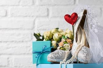 Disposizione creativa di scarpe e decorazioni