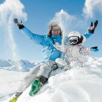 Divertimento invernale montagna viaggio ragazza