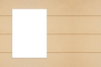 Documento in bianco su una superficie in legno