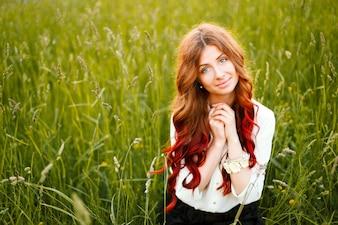 Donna adorabile in posa con un grande sorriso