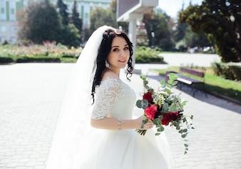 Donna affascinante con bouquet