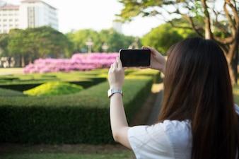 Donna asiatica che utilizza smartphone