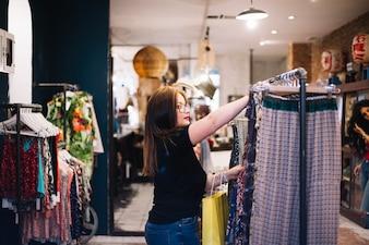 Donna attraente che sceglie i vestiti