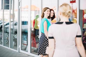 Donna che viene agli amici per fare shopping