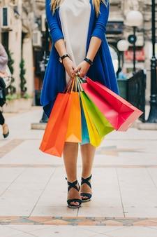 Donna con borse colorate sulla strada