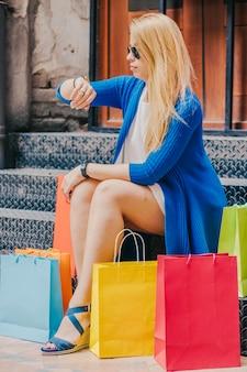 Donna con l'acquisto di tempo di guardare