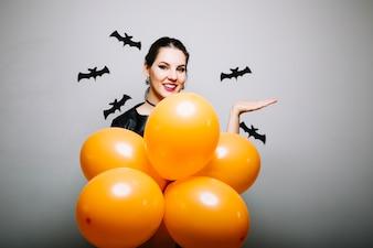 Donna con palloncini che puntano sul lato