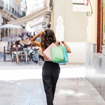 Donna con sacchetti di carta