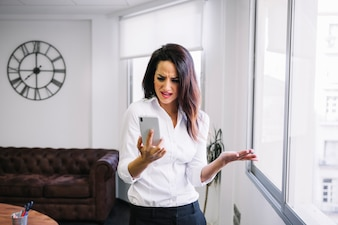 Donna d'affari arrabbiata con smartphone