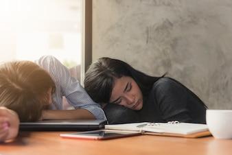Donna d'affari asiatica in ufficio Donna stanca di lavoro sopravvissuta mentre stava lavorando scrivere note, sovraccarico e stress concetto.