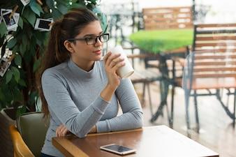 Donna d'affari intelligente che ha pausa caffè