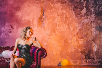 Donna deliziosa glamour sul divano