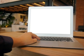 Donna di affari che lavora al computer portatile con la maschera in su lo schermo in bianco. concetto di tecnologia