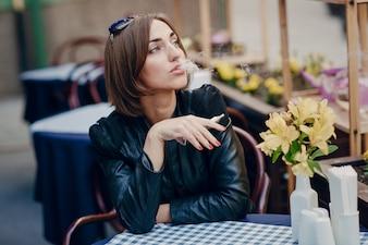 Donna di fumare e alzando lo sguardo