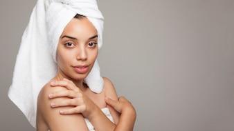 Donna dopo il bagno in posa con le braccia incrociate