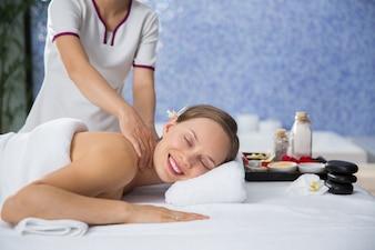 Donna riceve un massaggio sulla schiena